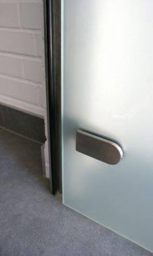 Szklane drzwi w ościeżnicy Palermo zamocowane na zawiasach z serii Erice Line – Fot. CDA Polska