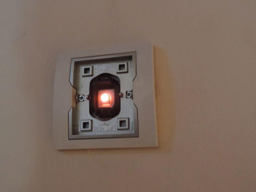 Dioda podświetlenia wyłącznika światła - winowajca świecenia po wyłączeniu lampy LED