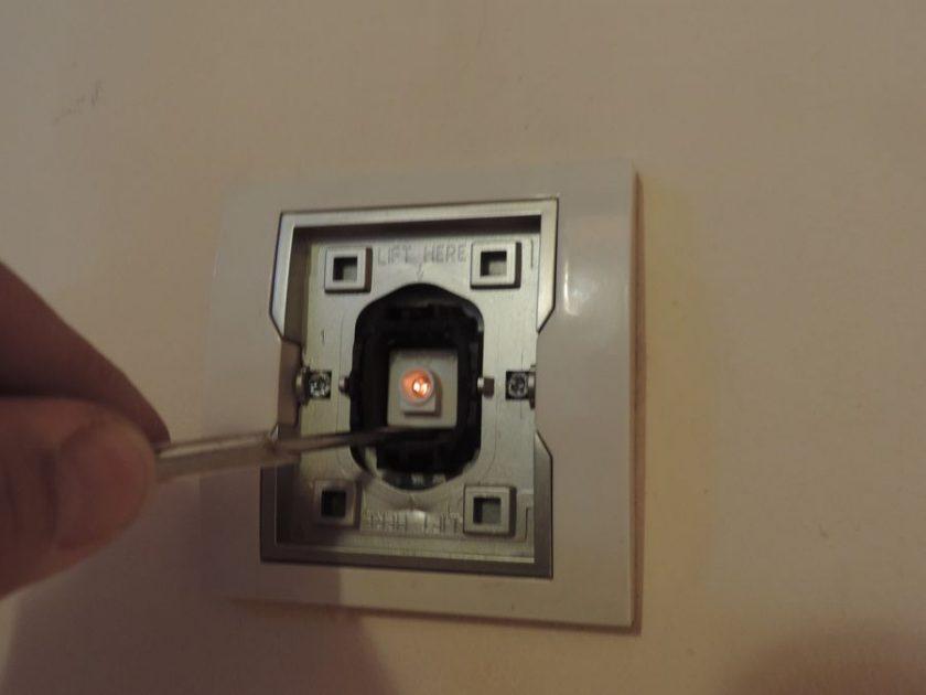 Wystarczy odłączyć diodę LED i po wyłączeniu światła lampa LED już nie świeci