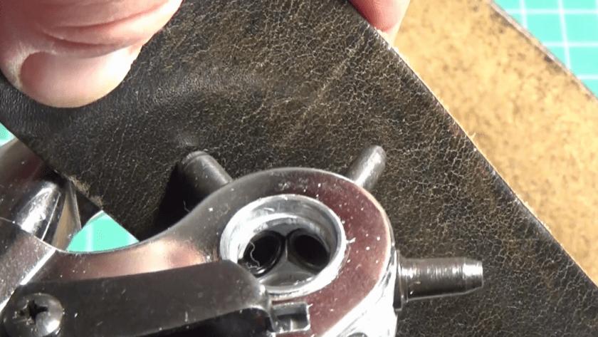 Jak zrobić dziurkę w pasku i nabić napę czy oczko