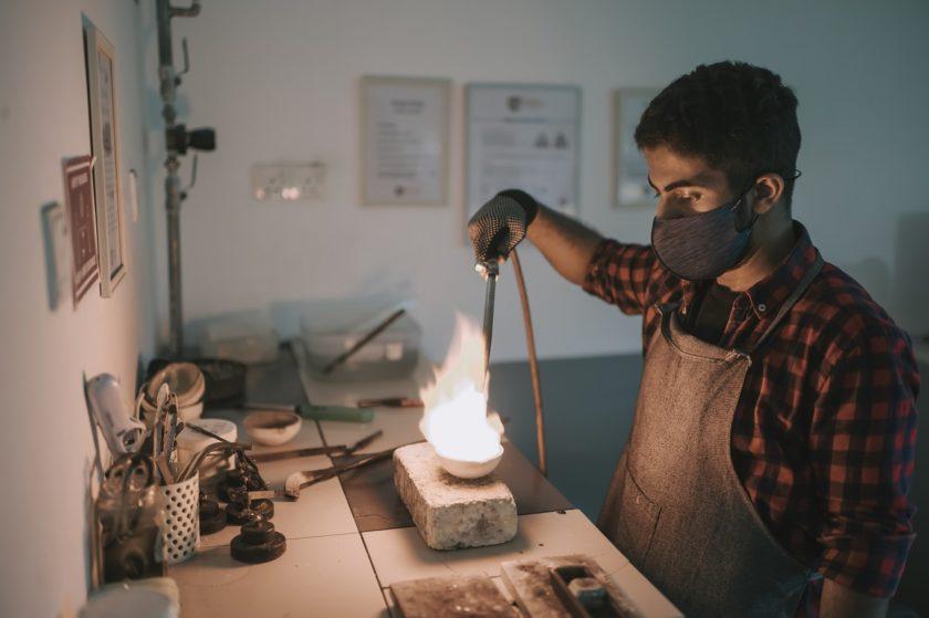 W lutownicach gazowych wysoką temperaturę grotu uzyskuje się dzięki palnikowi gazowemu zasilanemu gazem propan-butan. Przeczytaj, jak działają lutownice gazowe!