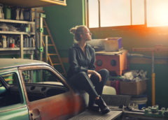 Regał magazynowy i skrzynka narzędziowa – co jeszcze ułatwia porządki w garażu, piwnicy, warsztacie?