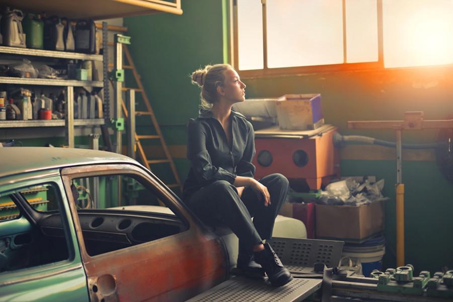 Kobieta w nieuporządkowanym garażu