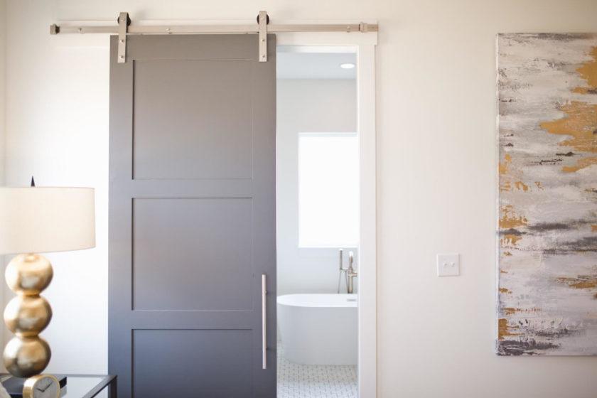 Drzwi przesuwne. Jakie są plusy montażu?